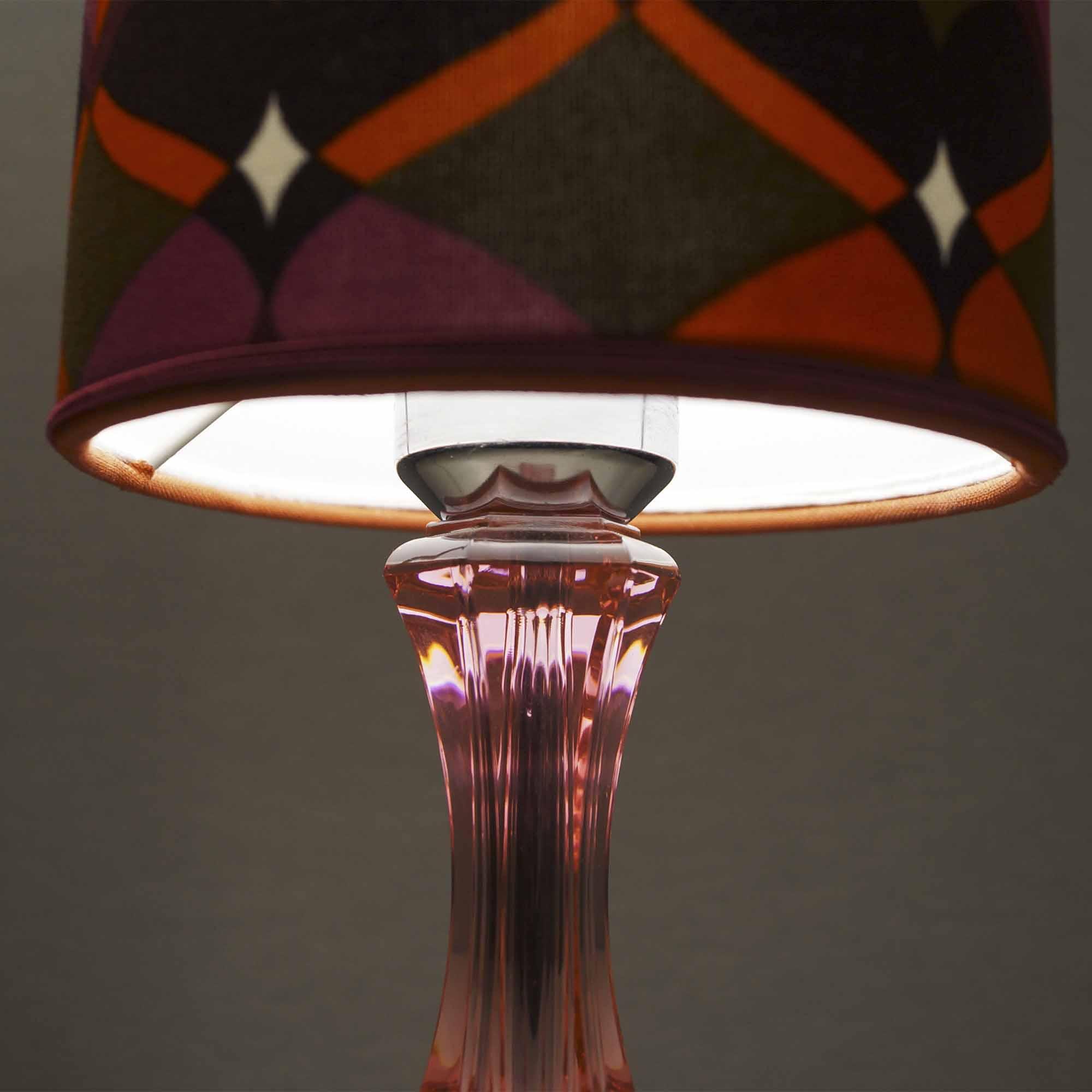 Lampada magenta con base in plexiglass