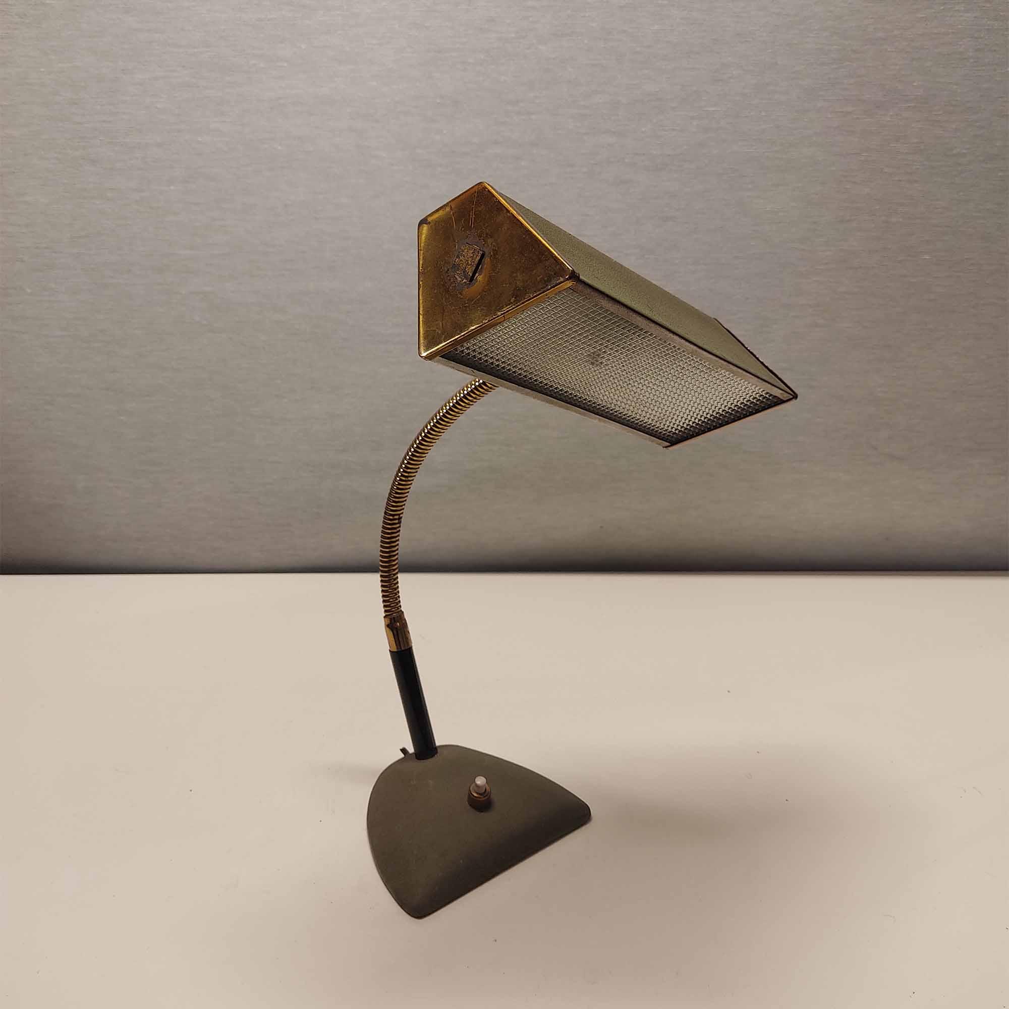 Lampada da scrivania in metallo verniciato ottone schermo in vetro anni '50